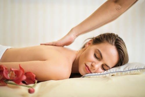 žena masáž