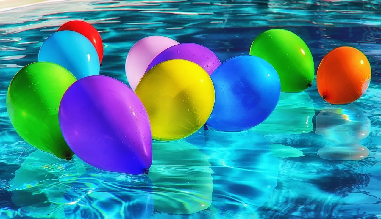 Balónky v bazénu
