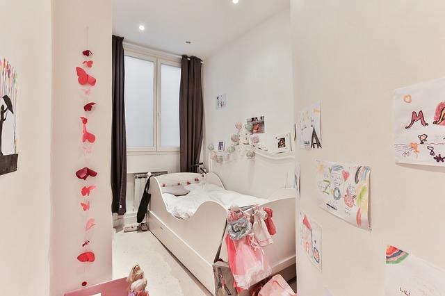 dívčí pokoj v bílo-růžové