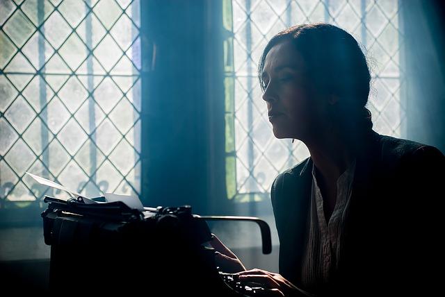 spisovatelka u psacího stroje.jpg