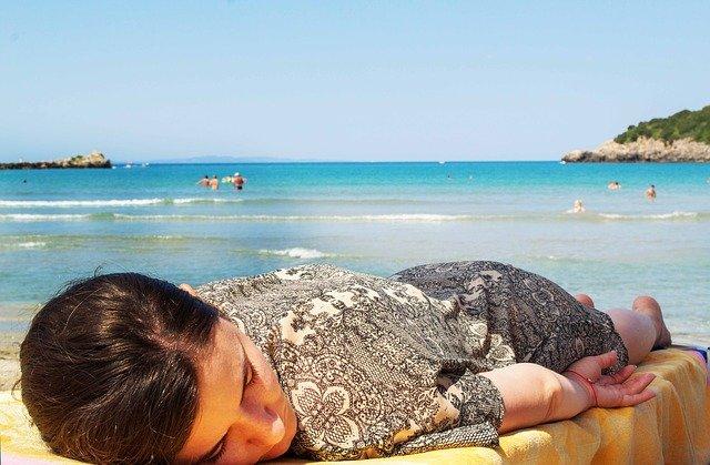 spánek na pláži