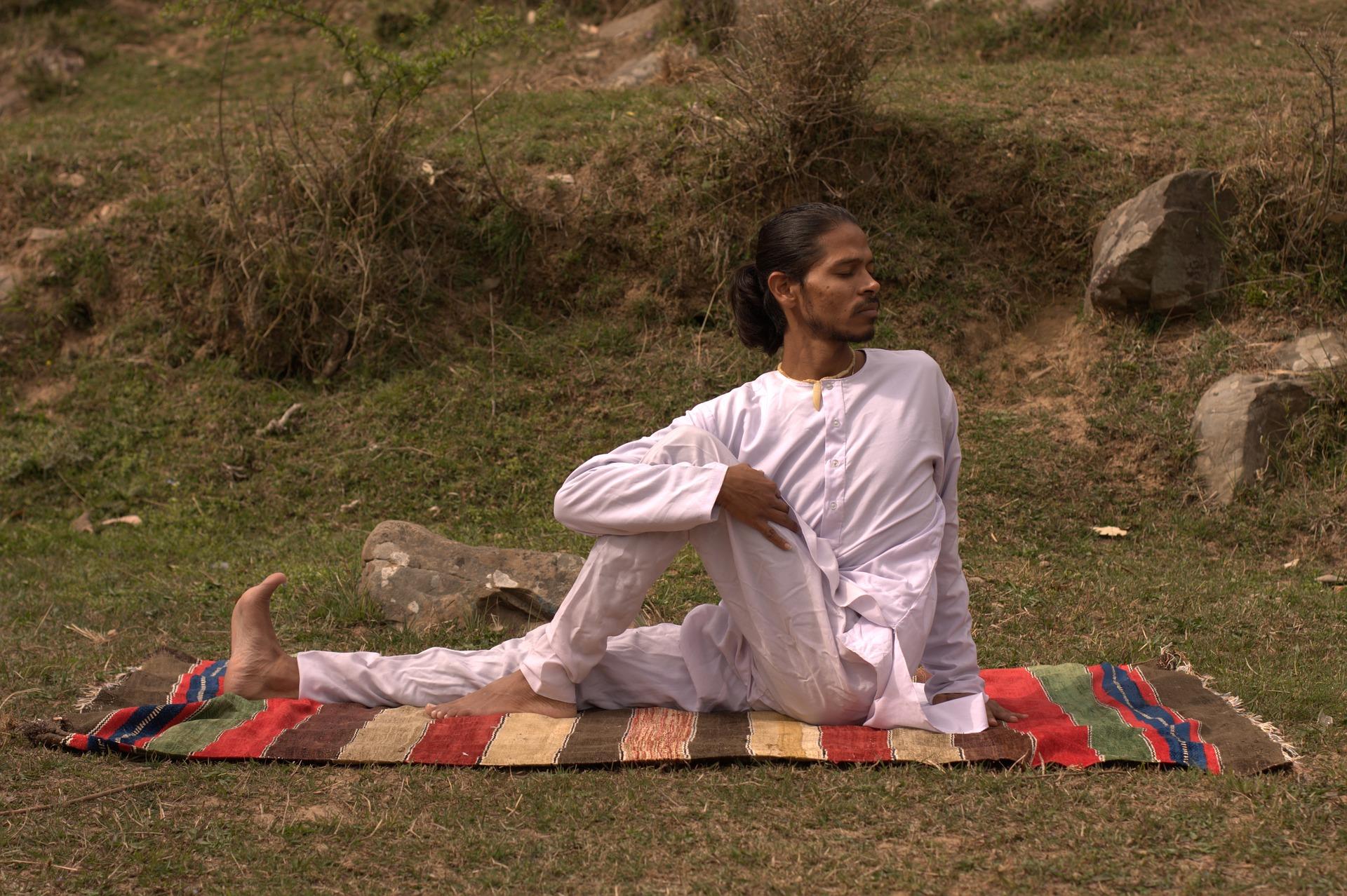 muž cvičící jógu
